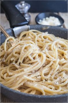 A delicious traditional Roman Pasta dish made with 4 ingredients. This Cacio e Pepe Recipe is fast and easy to prepare. Perfect for a quick weekday meal or a friendly get together. Easy Pasta Recipes, Dinner Recipes, Cooking Recipes, Dinner Ideas, Pizza Recipes, Meal Ideas, Yummy Recipes, Food Ideas, Budget Recipes