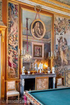 chateau-champ-de-bataille- Le Billard: la cheminée d'époque Louis XVI, à l'égyptienne, en marbre blanc et gris.