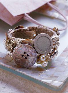 Realizza passo passo il bracciale con perle e bottoni