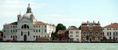 Venezia. Il palazzo dei Tre Oci è quello con i tre finestroni. Sulla sinistra la chiesa delle Zitelle.