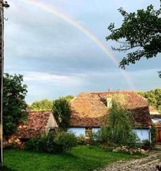 Viscri 32 – Casuta Albastra si Hambarul Alb din Transilvania White Barn, Country Roads