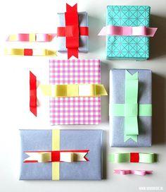 Pakjes versieren - mooie en makkelijke strikken maken - Moodkids | Moodkids Gift Wrapping Paper, Wrapping Ideas, Diy Presents, Pen And Paper, Origami, Diys, Wraps, Holiday Decor, Diy Gifts