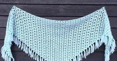 Interwebs Shawl är en avlång virkad triangelsjal med fransar. Sjalen går riktigt snabbt att virka om man använder ett tjockare garn. Mönstret är upprepande och väldigt lätt att komma ihåg. Design av In the Yarn Garden.