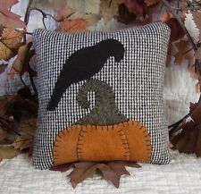 Folk Art Fall Wool Pillow~Crow and Pumpkin~Autumn~Halloween Halloween Pillows, Halloween Quilts, Wool Applique Patterns, Felt Applique, Halloween Sewing, Halloween Crafts, Fall Sewing Projects, Sewing Ideas, Adornos Halloween