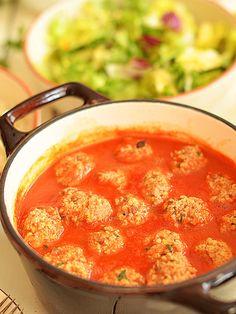 Pulpety z indyka z kaszą jaglaną w sosie pomidorowym: 1 szklanka kaszy jaglanej (18 dag) 50 dag mielonego mięsa z indyka (może być również z kurczaka) 1/2 szklanki rodzynek 1 surowe jajko 1 łyżeczka masła spory pęczek natki pietruszki sól świeżo zmielony czarny pieprz