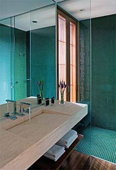 A suíte máster tem dois banheiros parecidos. Pastilhas de vidro de 2,5 x 2,...