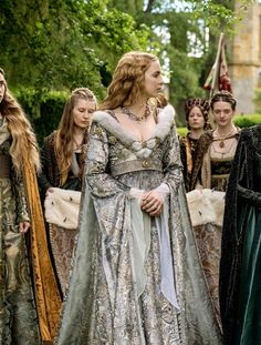 The White Princess (Jodie Comer, Michelle Fairley as Elizabeth of York and Lady Margaret Beaufort) Medieval Costume, Medieval Dress, Medieval Clothing, Mode Renaissance, Renaissance Fashion, Tudor Fashion, Historical Costume, Historical Clothing, Elizabeth Of York