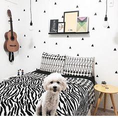 """Tem lugares que inspiram amor por todos os cantos...  No quarto da Chell e da Mar (@chellandmar) é assim! Tem os nossos adesivos geométricos de pirâmide tem violão tem mesinha amarela tem uma composição linda com os nossos pôsteres encostados na prateleira e tem a Mallu!  - Anota aí quais os pôsteres que as meninas usaram para levar um pouquinho de cor para esse quarto todo moderninho: """"LondOn"""" """"Velvet Underground"""" """"Little Miss Sunshine"""" e """"Diamond"""".  - Todos os pôsteres e os adesivos de…"""