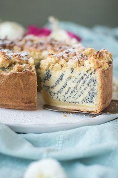 Knuspriger Mürbeteig trifft auf Joghurt-Mohnfüllung und Mandelstreusel. Der perfekte Kuchen für die Familientafel.