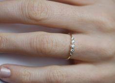 Bisel diamante engastado anillo Este listado se encuentra para bisel de oro de 14 k amarillo anillo. Este anillo está diseñado para los amantes de la sencillez y la elegancia. Perfecto como un anillo de compromiso!  Nuestros diamantes figuran son todos naturales con absolutamente ninguna mejoras o tratamientos. Diamantes libres de conflicto. Yo uso premium sólo a los diamantes de corte ideal.  Anillo de IF usted quiere una CUSTOM comuníquese conmigo antes de la compra.  Piedra preciosa…
