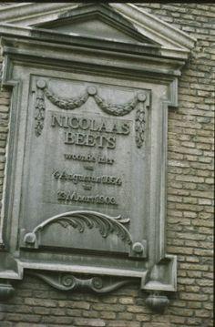"""Gevelsteen Boothstraat 6: """"NICOLAAS BEETS woonde hier van 4 Augustus 1854 tot 13 Maart 1903""""."""