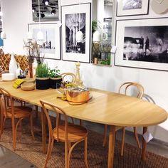 Duka upp för stormiddag! Matbordet EGA är en höstnyhet med totalt 4 iläggsskivor som kan göra bordet till 389cm långt. Utan iläggsskivor: 189x106,5x74cm, 20.995kr. Snygga stolen Marcel är också en nyhet 40x40x80cm, 1.549kr. #habitatsverige #nyhetpåhabitat