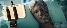 Les flingues remplacés par des selfie-sticks dans des scènes cultes : Harvey Dent, The Dark Knight