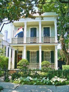 New Orleans shotgun. Could you incorporate shotgun style into row house design for cohousing? New Orleans Architecture, Southern Architecture, Beautiful Architecture, Beautiful Buildings, Beautiful Homes, Louisiana Homes, Louisiana Bayou, Shotgun House, New Orleans Homes
