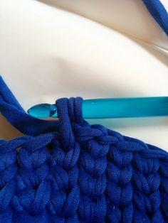 Tシャツヤーンを使ってかぎ針で編む、ハンギングバスケットの編み方を写真付で解説しています。かぎ針は10mmを使用。