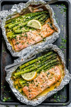 Salmon and Asparagus Foil Packs with Garlic Lemon Butter Sauce Lachs-Spargel-Fo. Salmon and Asparagus Foil Packs with Garlic Lemon Butter Sauce Lachs-Spargel-Folienpackungen mit Knoblauch-Zitronen-B Delicious Salmon Recipes, Baked Salmon Recipes, Seafood Recipes, Healthy Dinner Recipes, Cooking Recipes, Gourmet Cooking, Cooking Bacon, Fish Recipes, Healthy Foods