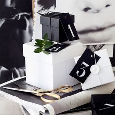 Simple diy calendar for christmas that is also a stylish wrapping idea.
