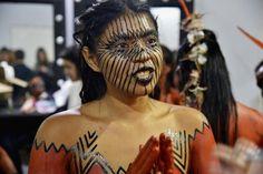 Jaciara Barros Cavalera apresenta seu Verão 2016 com participação especial de tribo Yawanawá e Reynaldo Gianecchini na passarela, Kenewma Yawanawá
