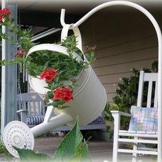 Старая лейка нашла применение в декорировании сада. - Садоводка