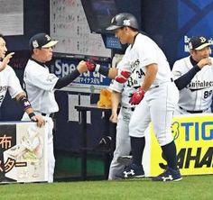 8回裏オリックス、吉田正(右)は右越え本塁打を放ち福良監督とグータッチ(撮影・奥田泰也)
