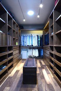 Casa Veintiocho: Vestidores y closets de estilo moderno por VICTORIA PLASENCIA INTERIORISMO