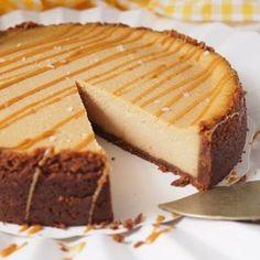 Taivaallinen suolainen kinuskijuustokakku – Salted Caramel Cheesecake | Kulinaari Vegan Desserts, Just Desserts, Delicious Desserts, Yummy Food, Sweet Recipes, Cake Recipes, Dessert Recipes, Salted Caramel Cheesecake, Sweet Bakery