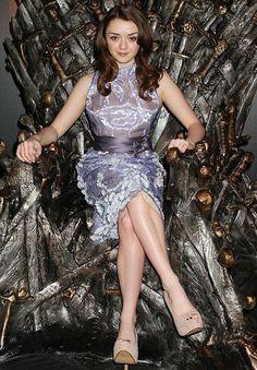Game of Thrones - Arya Stark (Maisie Williams) sitting on the Iron Throne Maisie Williams, Ester Williams, Arya Stark, Arte Game Of Thrones, Game Of Thrones Facts, Khal Drogo, Serie Got, Jon Snow, Game Of Thrones Instagram