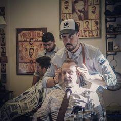 Είναι αυτή η ανεκτίμητη αίσθηση χαλάρωσης και καθαριότητας που νιώθεις όταν επισκέπτεσαι το μπαρμπέρικο...ειδικά όταν το τέλος συνοδεύεται από ένα αναζωογονητικό μασάζ με παραδοσιακή κολώνια και αιθέρια έλαια 😉😉It's that priceless feeling of relaxness and cleanliness that you feel when you visit your Barbershop...Especially when the procedure ends with an invigorating massage with traditional cologne and essential oils 😉😉 #roostersbarbershopathens #roostersbarbershop #roostersαμπελοκηποι