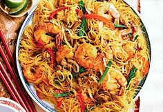 Singapore Noodles with Pork Tenderloins, Soy Sauce Singapore Street Noodles Recipe, Singapore Noodles Recipe, Shrimp And Green Beans, Shrimp And Rice, Vermicelli Recipes, Rice Vermicelli, Rice Noodle Recipes, Confort Food, Pork