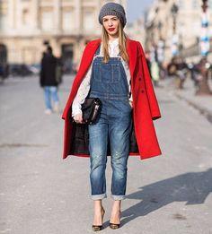 street-style-jardineira-jeans-e-casaco-vermelho