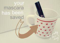 Zet je oude mascara in heet water, de opgedroogde oude mascara zakt naar beneden. Is weer goed te gebruiken!