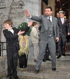 Tiempo de fiesta!  Niall mantuvo la cabeza baja mientras salía de la iglesia con los miembros de su familia
