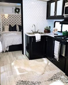 Tiny House Living, Rv Living, Rv Homes, Tiny Homes, Trailer Decor, Camper Trailers, Camper Van, Travel Trailers, Rv Campers