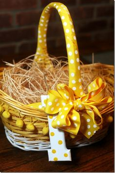 Sweet Easter basket idea-spruce the girls baskets up a little. Easter Projects, Easter Crafts, Easter Decor, Easter Candy, Easter Eggs, Easter Food, Easter Baskets, Gift Baskets, Holidays And Events