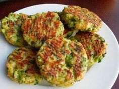 Baked Cheese & Broccoli Patties INGREDIENTS: v 2 teaspoons stemlike oil v 2 cloves seasoning - minced v onion - chopped. Broccoli Patties, Cheese Patties, Clean Eating, Healthy Eating, Baked Cheese, Cheddar Cheese, Broccoli And Cheese, Frozen Broccoli, Albondigas