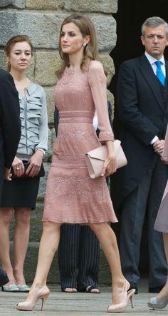 En una boda de día hay que ir de corto. Y de eso sabe mucho Letizia Ortiz, la Reina de España es fan de las faldas hasta la rodilla y de los cortes llenos de estilo como la mayor...