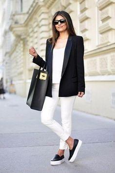 Look de moda: Blazer Negro, Camiseta sin Manga Blanca, Pantalones Pitillo Blancos, Zapatillas Slip-on de Cuero Negras