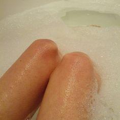 Russeknute bade før 1 april-Check! Helt ok å komme hjem til ferdigtappet badekar #russ2013 #Russ #rt #russetid #russeknute #gullispinne #bathtub #knees #norwegian #freezing #cold #Padgram
