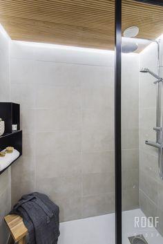 Suuret kaakelit luovat tilantuntua pieneenkin kylpyhuoneeseen. #roofgroup #kylpyhuone #kiinteistönvälitys #sisustus #bathroom #decor
