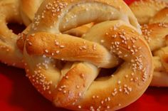 Real Homemade Soft Pretzels making these tonight. if they are perfect we will be having a pretzel and nacho party! Homemade Soft Pretzels, Pretzels Recipe, Baked Pretzels, Bread Machine Recipes, Recipe Of The Day, Relleno, Food To Make, Easy Meals, Freezer Meals
