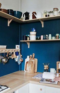 jolie cuisine blanche et bleu, etagere murale ikea en bois clair