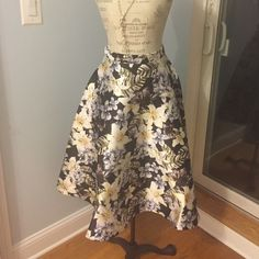 STUNNING NEVER WORN SKIRT. Lots of volume in this retro 1960's skirt. Back zipper and closure button. Lovely high waisted fit! Amazing print color and material feel. Size Medium. Came from forever21 Skirts A-Line or Full