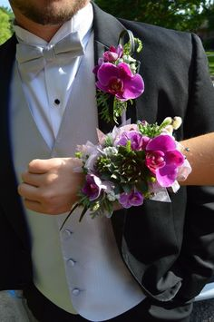 Groom And Bride Wrist Flowers, Prom Flowers, Wedding Flowers, Clay Flowers, Prom Pictures Couples, Prom Couples, Wedding Scene, Wedding Ceremony, Corsage Wedding
