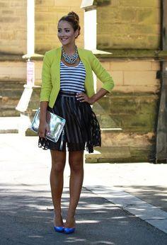Falda negra con saco amarillo y blusa azul con blanco