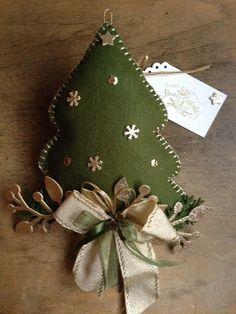 Felt Christmas Decorations, Christmas Ornament Crafts, Felt Crafts, Christmas Crafts, All Things Christmas, Christmas Time, Holiday, Handmade Ornaments, Felt Ornaments