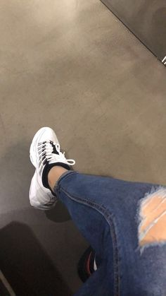 Secrets Of Sneaker Shopping – Sneakers UK Store Stylish Girls Photos, Stylish Girl Pic, Cute Girl Photo, Girl Photo Poses, Tumblr Photography, Photography Poses, Girl Pictures, Girl Photos, Profile Pictures Instagram