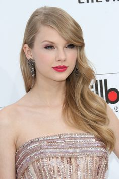 Taylor Swift Long Blonde Hair side parting soft waves
