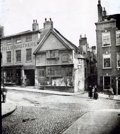 The entrance to Drury Hill (previously known as Vault Lane) can be seen behind the group of women in this picture from the late or early century taken at the junction of Middle Pavement (left) and Low Pavement (right), viewed from Bridlesmith Gate. Nottingham Pubs, Nottingham City Centre, Nottingham Lace, Vintage London, Old London, Old Pictures, Old Photos, Local History, Family History
