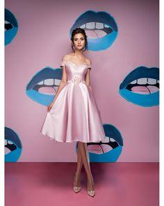 Roztomilé krátke spoločenské šaty z luxusného mikáda. Elegantný retro štýl, ktorý zvýrazní krásne ženské krivky. Ako stvorené na svadbu, pre svadobnú mamu, na stužkovú, tanečnú zábavu či ako popolnočné šaty. Možnosť ušitia vo viacerých farbách: ružová, cyklaménová, mentolová, kráľovsky modrá, béžová