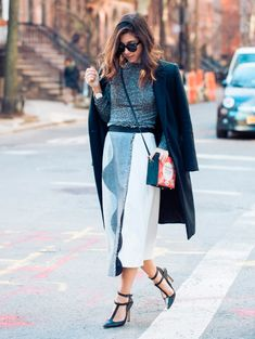 Na dúvida de como montar o look para trabalhar quando está frio? Pode trabalhar de saia sim! Invista em saia midi, com scarpin e sobretudo para aquecer.